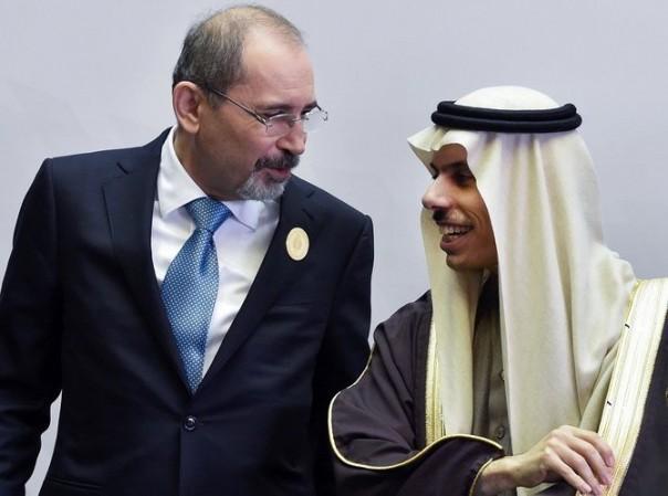 Menteri Luar Negeri Arab Saudi Faisal bin Farhan (kanan) dan mitranya dari Yordania Ayman Safadi berbincang menjelang pertemuan para diplomat tinggi negara-negara pesisir Arab dan Afrika, di ibu kota Saudi, Riyadh pada 6 Januari 2020. (File / AFP)