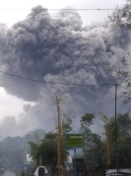 Dalam foto yang dirilis Badan Nasional Penanggulangan Bencana (BNPB) Gunung Semeru memuntahkan material vulkanik saat erupsi di Lumajang, Jawa Timur, Indonesia, Sabtu, 16 Januari 2021. Gunung berapi tertinggi di pulau terpadat di Indonesia di Jawa, dimuntahkan awan panas sejauh 4,5 kilometer (hampir 3 mil) pada hari Sabtu. (Badan Nasional Penanggulangan Bencana via AP)