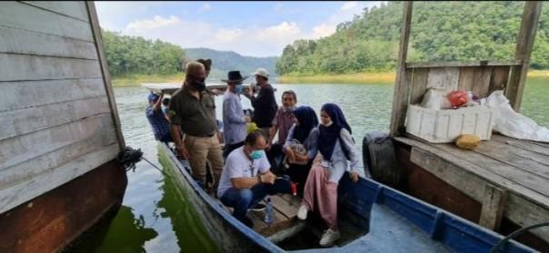 sejumlah pengurus Forum Pembauran Kebangsaan (FPK) Riau, Sabtu (16/1) meninjau aktivitas budidaya ikan dalam keramba di Danau PLTA Kotopanjang/ist