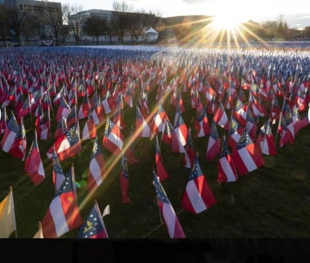 Bendera ditempatkan di National Mall menjelang pelantikan Presiden terpilih Joe Biden dan Wakil Presiden terpilih Kamala Harris, Senin, Januari. 18, 2021, di Washington. (Screenshoot File AP)
