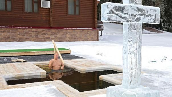 vladimir Putin berendam di air es sebagai bagiandari  ritual  kristen Ortodoks.Orang Rusia percaya mandi es beku baik untuk Anda.