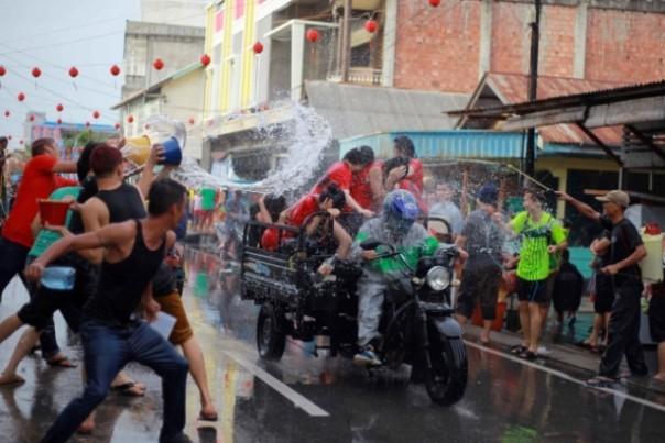 Tradisi perang air di Kota Selatpanjang, Kabupaten Meranti, yang dipastikan tidak akan digelar saat Imlek tahun ini karena pandemi Covid-19. Foto: int