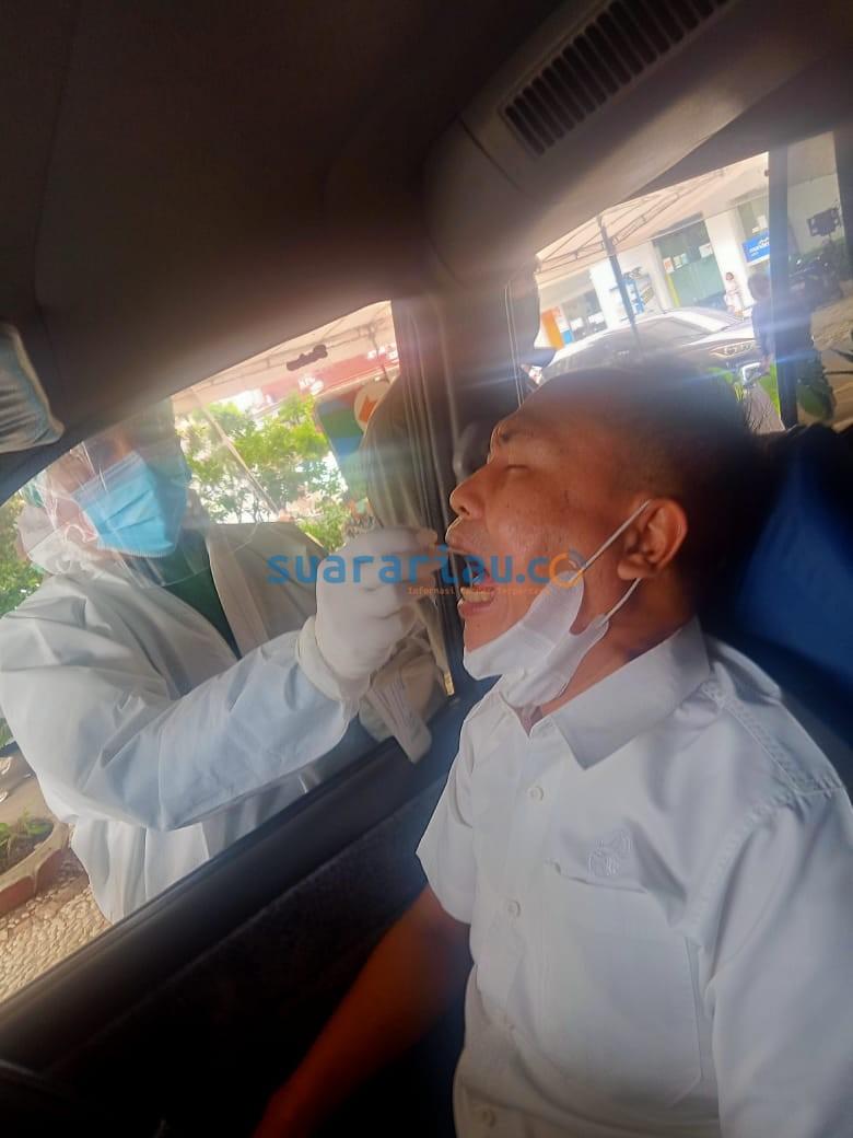 Seorang warga saat melakukan layanan tes swab (usap) PCR dengan cara drive trhu di RS Pelni, Slipi, Jakarta. (Foto: Ist)