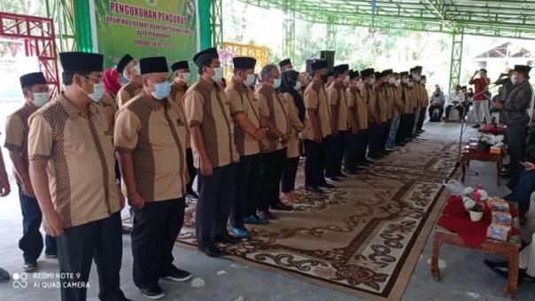 Camat Kuantan Tengah Agus Siswanto.S.STP didampingi Ketua Umum IKKS dr H Taswin Yacub mengukuhkan pengurus FMKT/ist