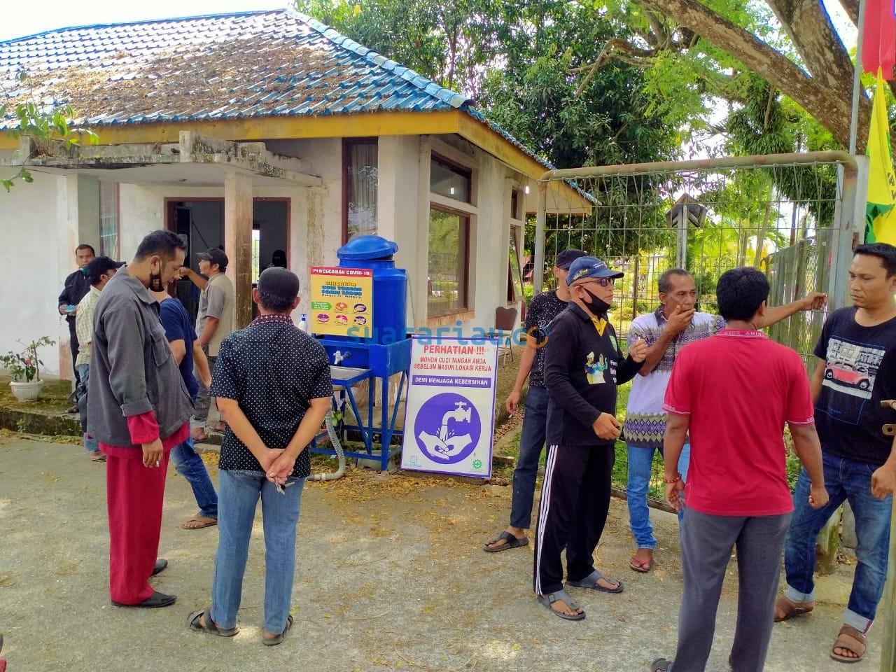 Warga melakukan unjuk rasa di Kantor UPTD SPAM Siak, sempat terjadi aksi pemblokiran pintu masuk ruang kantor.