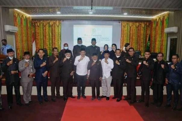 Ketua DPRD Kepulauan Meranti Ardiansyah bersama Anggota DPRD Kepulauan Meranti Poto bersama Bupati dan Wakil Bupati terpilih 2021 di ruang sidang DPRD Meranti./ADV