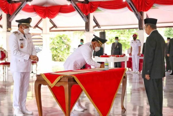 Gubernur Riau Drs. H. Syamsuar M.Si, atas nama Menteri Dalam Negeri melantik Bupati Kepulauan Meranti H. Muhammad Adil SH dan Wakil Bupati Kepulauan Meranti AKBP (Purn) H. Asmar/ist