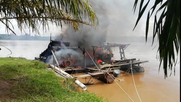 2 rakit Dompeng dibakar Jajaran Polsek Kuantan Tengah di Kuantan Putui Senin (8/3/2021)/ist