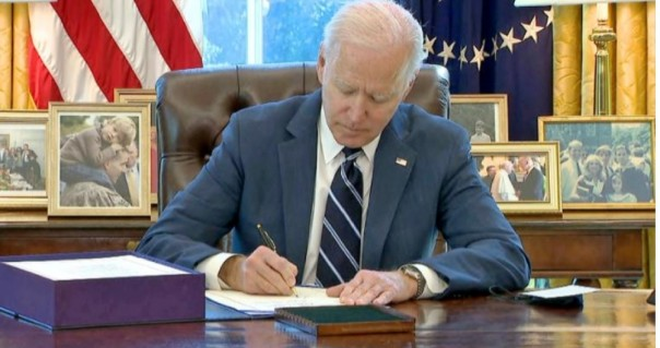 Joe Biden menandatangani Stimulus Covid-19 $1,9T, pada Kamis (11/3/2021) sore.