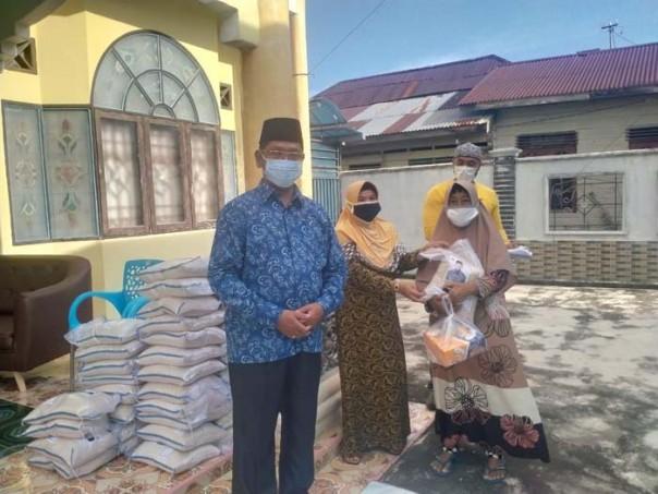 Anggota DPRD Kepulauan Meranti Dr.Hafizan Abas, S.Ag M.pd menyerahkan bantuan/ist