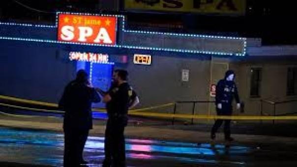 Petugas penegak hukum berunding di luar panti pijat setelah penembakan pada hari Selasa di Atlanta. Penembakan di dua panti pijat di kota dan satu di pinggiran kota telah menewaskan delapan orang, banyak dari mereka wanita keturunan Asia, kata pihak berwenang Selasa.(Foto: cbc.ca)
