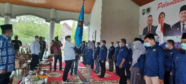 Ketua PWI Riau Zulmansyah Sekedang menyerahkan bendera pataka kepada Ketua PWI Kabupaten Siak Wiwik Widaningsih./ist