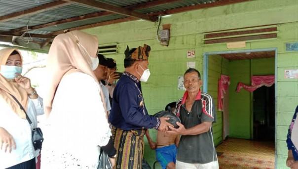 H Asmar selaku Wakil Bupati Meranti langsung turun ke lapangan untuk serahkan bantuan beras kepada warga Meranti/ist