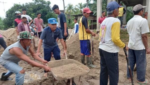 Mardianto Manan turut serta gotong royong mengecor lantai II Masjid Nur Hidayah/IST