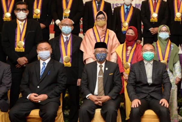 Anggota DPRD Riau yang juga ketua Komisi IV H Parisman Ihwan (Iwan Fatah) berhasil meraih gelar Magister Manajemen pada Program Pascasarjana Universitas Lancang Kuning (Unilak)/ist