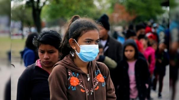 Migran Amerika Tengah yang berhasil menyeberang secara ilegal ke AS. Untuk mencari suaka, antri untuk mendapatkan makanan dari organisasi amal di sebuah taman setelah mereka dikirim kembali ke Meksiko oleh A.S. otoritas perbatasan di Reynosa, Meksiko Jumat, 26 Maret 2021. (AP)