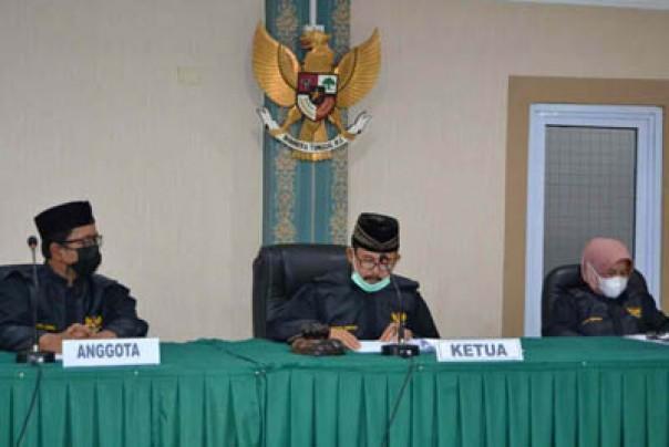 Majelis Komisioner KI Riau yang terdiri dari Zufra Irwan (ketua), Alnofrizal dan Hasnah Gazali (anggota) ketika membacakan putusan sengketa informasi publik dengan termohon KONI Rokan Hulu. /ist