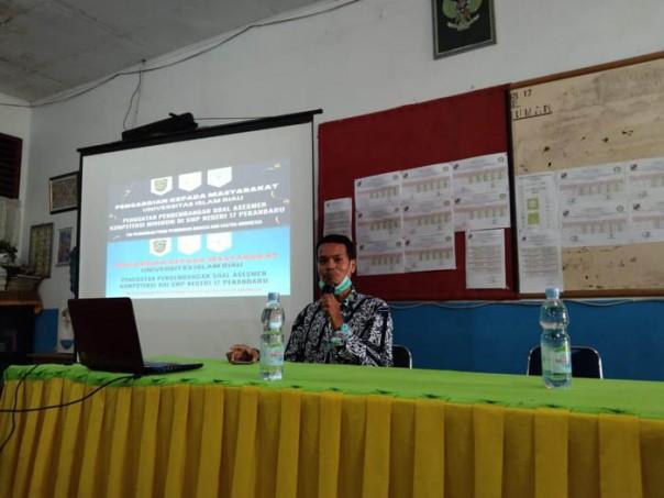 Latif, M.Pd. saat menyampaikan materi Penguatan Pengembangan Soal AKM di SMPN 17 Pekanbaru/ist
