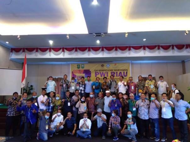 Peserta UKW foto bersama dewan Penguji dan pengurus PWI Riau/ist