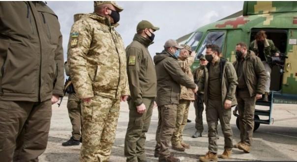 Presiden Ukraina Zelensky mengunjungi pasukan di wilayah Donbas di Ukraina GAMBAR HAK CIPTA HAK CIPTA iPresiden Ukraina Zelensky telah menjadi pasukan di wilayah tersebut.(fofo/bbc)