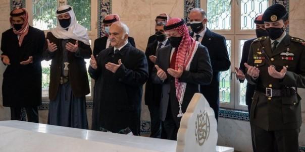 Raja Abdullah dan Pangeran  Hamzah berdiri  bersama diantara  keuarga kerajaan dalam sebuha upacara HUT yang ke-100  Yordania.(FOTO:Aljazaeera)
