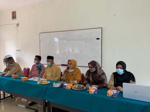 Pemateri Desi Sukenti, S.Pd, M.Ed, (tiga dari kanan) memberikan pemaparan kepada peserta pelatihan/IST