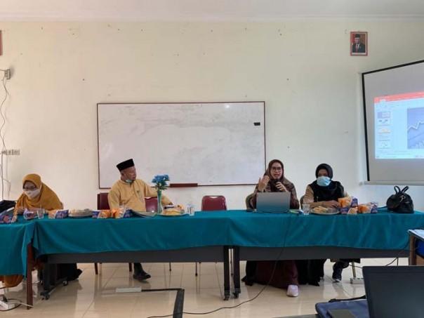 Dr. Fatmawati, S.Pd.,M.Pd. didampingi Kepala SMAN 1 Tambang Bapak Drs. Khairullah, M.Pd. saat menyampaikan materi PkM./IST