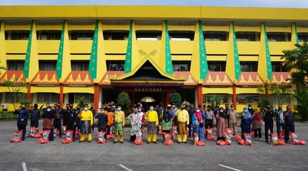 Petugas Sekuriti dan Kebersihan Terima Paket Lebaran/ist