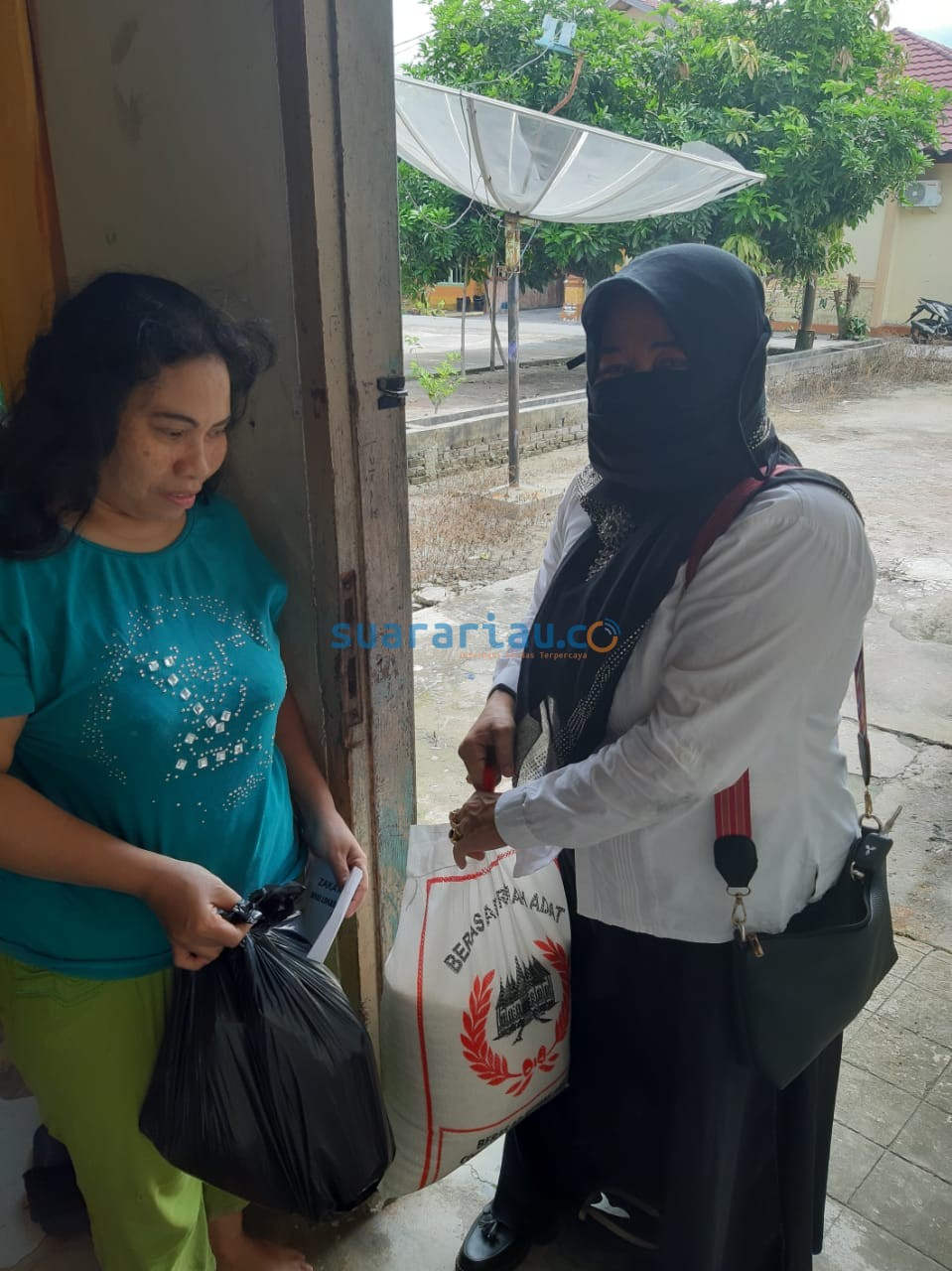 Penyerahan Zakat Profesi Staff DLH Bengkalis kepada Kaum Dhuafa dalam bentuk sembako